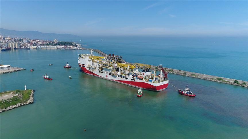 Fatih Sondaj Gemisi'nin Trabzon Limanı'na demir atması görüntülendi