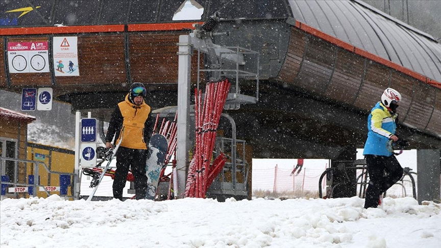 Palandöken'de kar yağışı altında kayak heyecanı