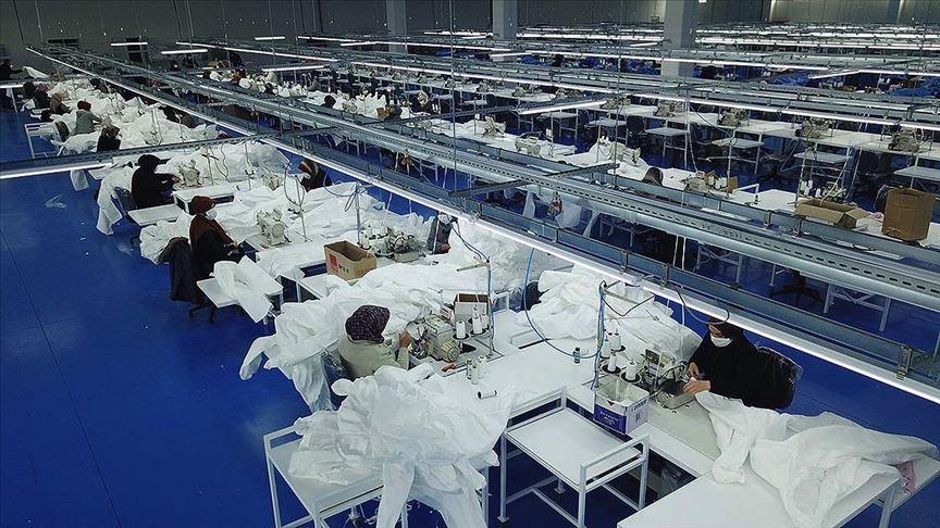 Tekstil fabrikasını antibakteriyel tulum üretim tesisine çevirdi
