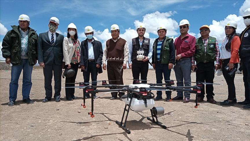 TİKA Bolivya'da çiftçilere tarım ilaçlamasında kullanılan İHA desteğinde bulundu